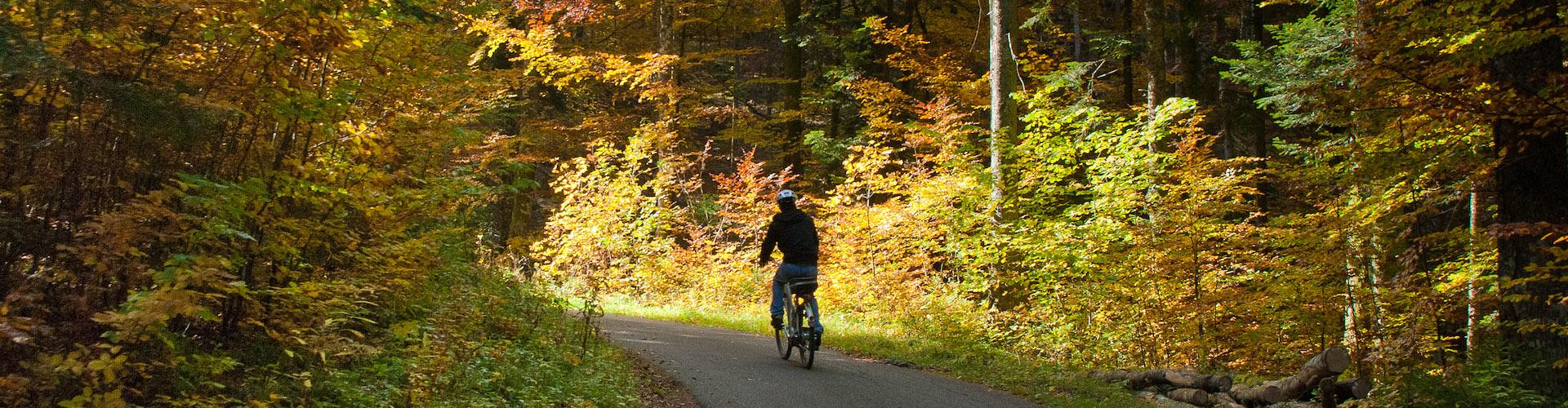 Herbstliche Velo-Tour mit dem e-Bike im Val-de-Travers, Kanton Neuenburg, Schweizer Jura